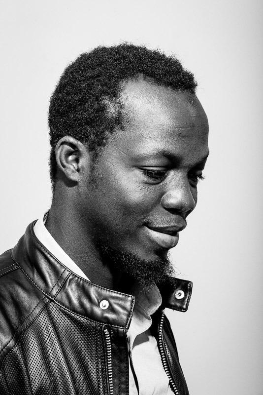 portrait photo noir et blanc d'un jeune homme classe et moderne par Velvet Studio Photo Paris