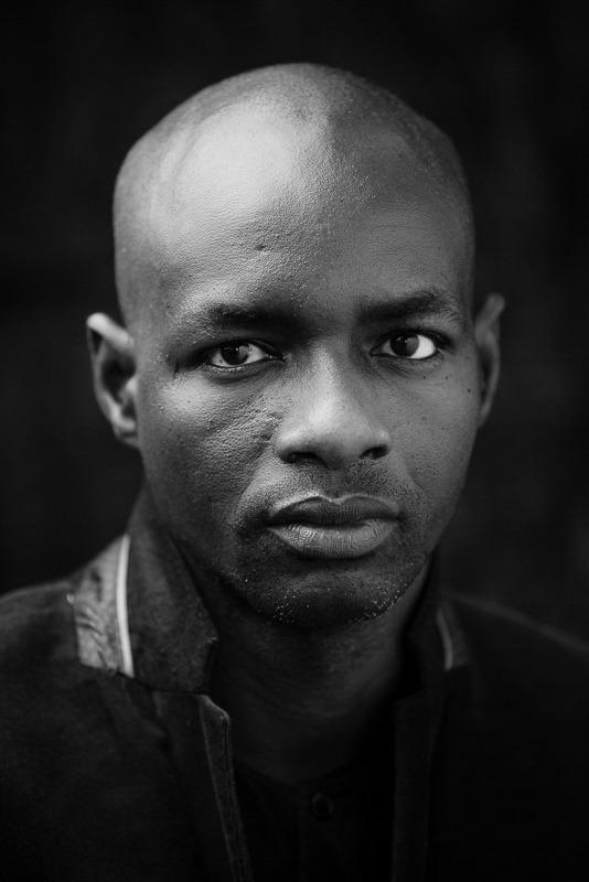 portrait photo élégant noir et blanc d'un jeune homme juste avant son mariage par Velvet Studio Photo Paris