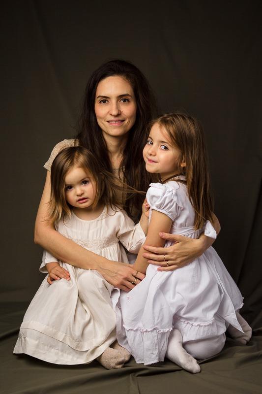 portrait photo mère et filles classique mais élégant par Velvet Studio Photo