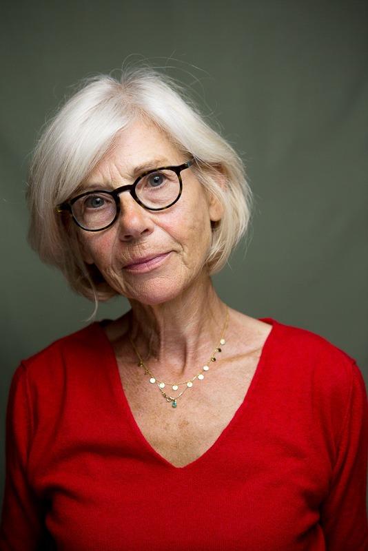portrait photo couleur d'une femme de plus de 50 ans aux cheveux blancs par Velvet Studio Photo